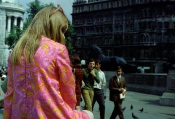 Blumenmode Trafalgar Square London 1968 © Holger Rüdel