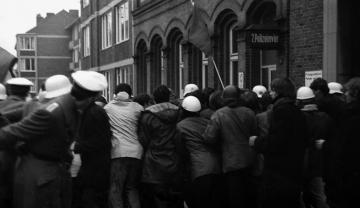 Demonstration vor dem 2. Polizeirevier in Kiel 1969 © Holger Rüdel