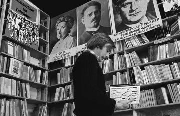 In der linken Buchhandlung Hübsch-Rochlitz in Hamburg 1973 © Holger Rüdel