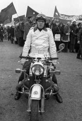 Motorrad-Polizist bei Demonstration gegen den Vietnamkrieg Bonn 1973 © Holger Rüdel