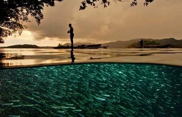 Papuan fisherman Raja Ampat Indonesia © David Doubilet / Undersea Images, Inc.