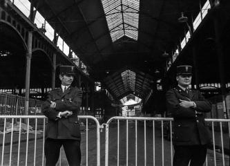 Polizeibewachung vor den Pariser Markthallen 1971 © Holger Rüdel