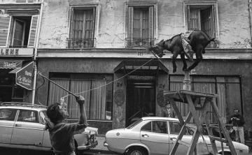 Straßenszene mit dressierter Ziege in Paris 1971 © Holger Rüdel