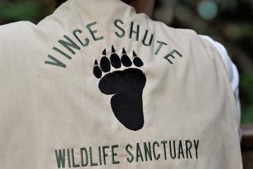 Betreuer mit Arbeitsweste im Vince Shute Wildlife Sanctuary in Orr, Minnesota (USA) © Holger Rüdel