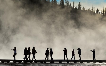 Besucher am Grand Prismatic Spring im Yellowstone Nationalpark © Holger Rüdel