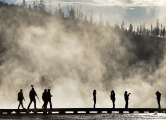 Besucher am Grand Prismatic Spring im Yellowstone Nationalpark © Holger Rüdel