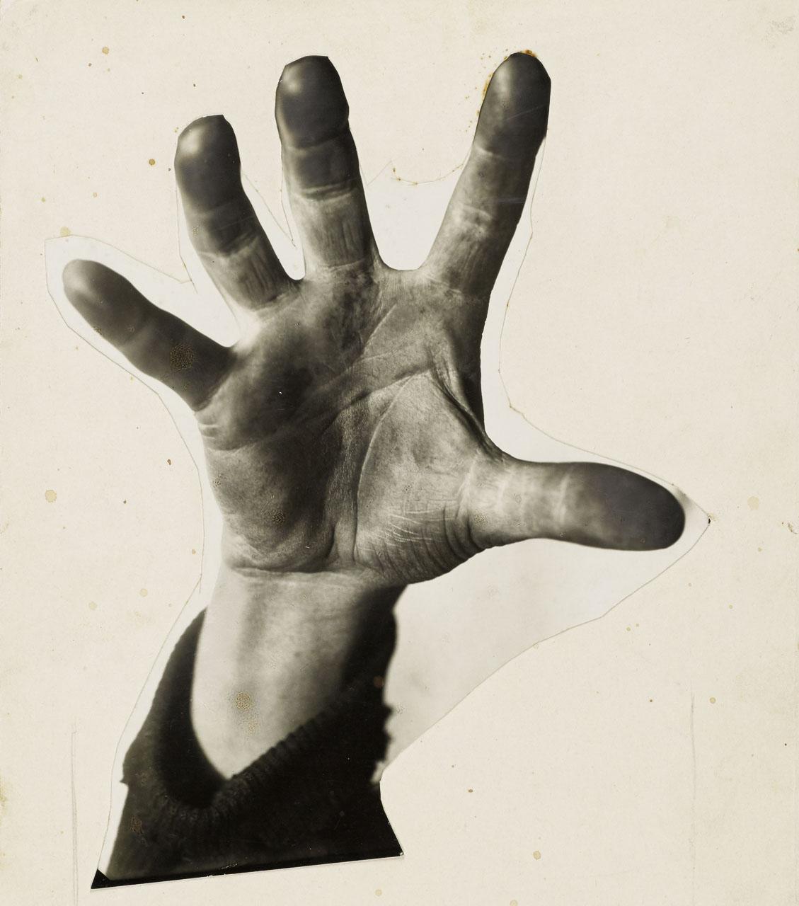 """John Heartfield: """"5 Finger hat die Hand. Mit 5 packst Du den Feind. Wählt Liste 5. Kommunistische Partei!"""" Fotomontage für ein Wahlplakat der KPD, 1928 © The Heartfield Community of Heirs / VG Bild-Kunst, Bonn 2020 / Akademie der Künste, Berlin"""