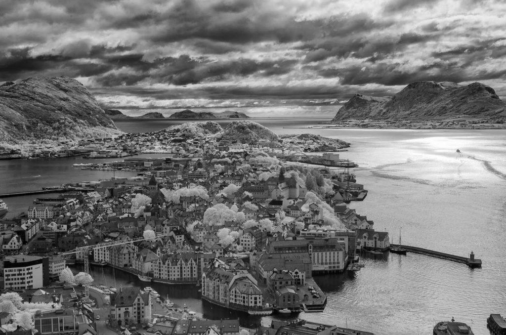 Blick vom Berg Aksla auf die Hafenstadt Ålesund an der norwegischen Atlantikküste. Die Aufnahme entstand mit einer digitalen Infrarotkamera.