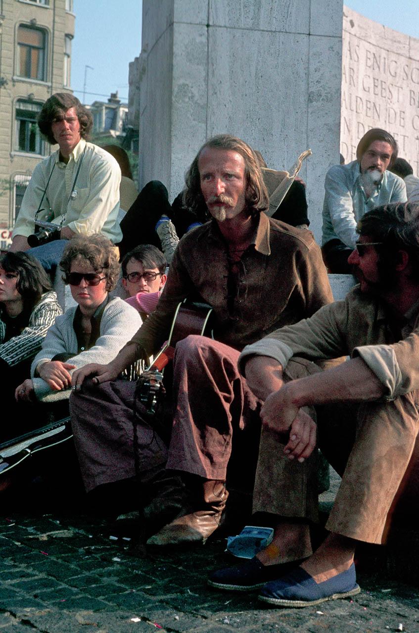 Um 1970 war Amsterdam mit seinem Zentrum das Mekka für alternative Jugendliche aus ganz Europa. Auf dem Dam, dem Hauptplatz, versammelten sich in den Sommermonaten täglich hunderte junge Menschen, darunter im August 1970 auch der Sänger Hannes Wader aus Deutschland.