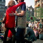 Um 1970 war Amsterdam mit seinem Zentrum das Mekka für alternative Jugendliche aus ganz Europa. Auf dem Dam, dem Hauptplatz, versammelten sich in den Sommermonaten täglich hunderte junge Menschen, viele davon Anhänger der Hippiebewegung.