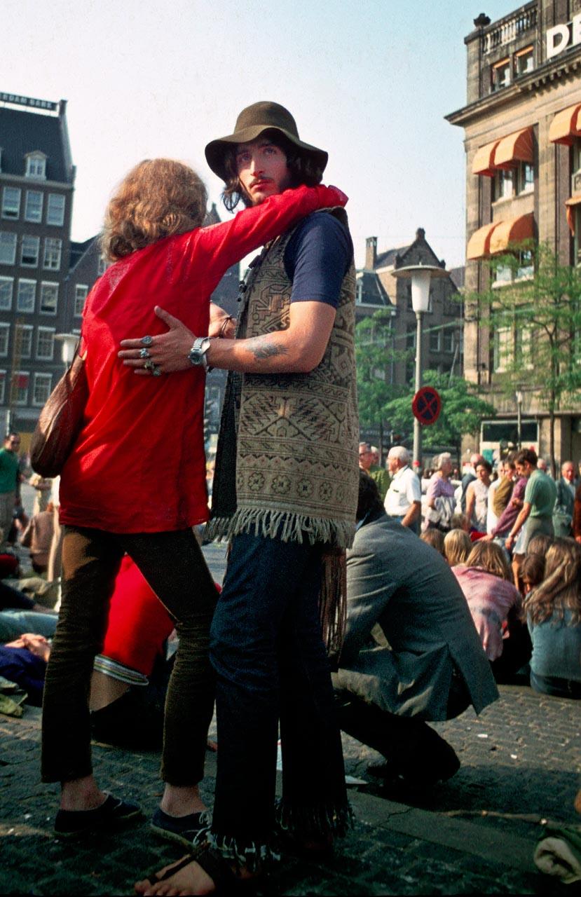 Um 1970 war Amsterdam das Mekka für alternative Jugendliche aus ganz Europa. Auf dem Dam, dem Hauptplatz, versammelten sich in den Sommermonaten täglich hunderte junge Menschen, viele davon Anhänger der Hippiebewegung.