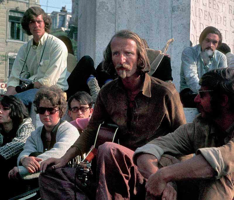 Um 1970 war Amsterdam mit seinem Zentrum das Mekka für alternative Jugendliche aus ganz Europa. Auf dem Dam, dem Hauptplatz, versammelten sich in den Sommermonaten täglich hunderte junge Menschen, darunter im August 1970 auch der Sänger Hannes Wader aus Deutschland. © Holger Rüdel