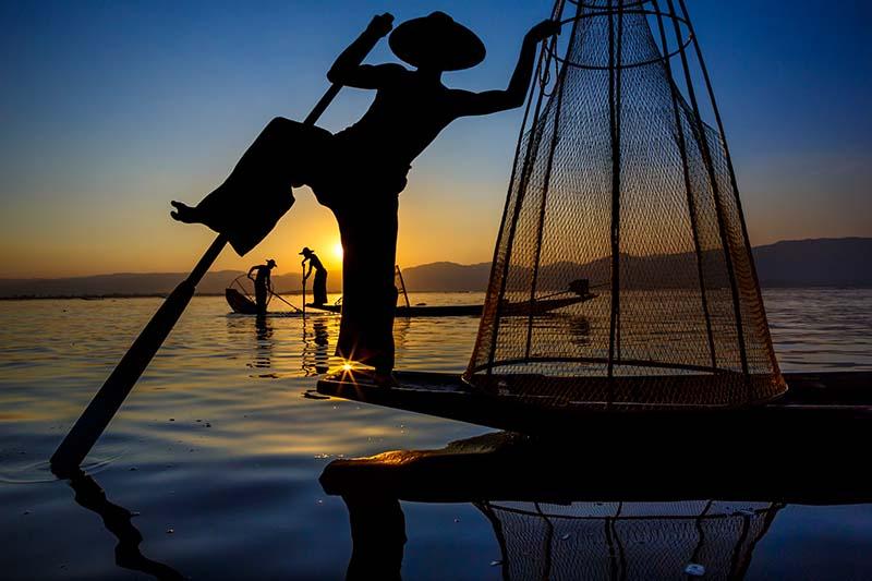Fischer auf dem Inle-See in Myanmar © Art Wolfe/ Art Wolfe Stock