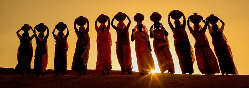 Wasserträgerinnen in Indien © Art Wolfe/ Art Wolfe Stock