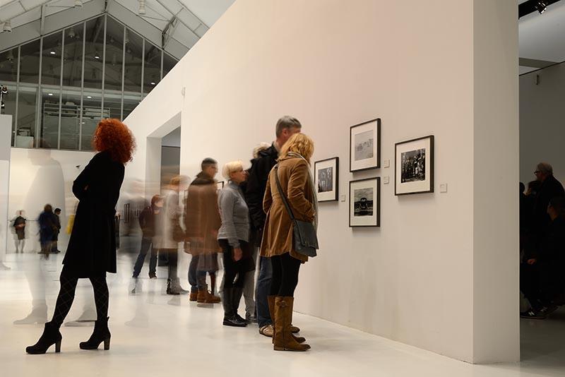 In der Ausstellung AUGEN AUF! – 100 JAHRE LEICA FOTOGRAFIE Deichtorhallen Hamburg © Holger Rüdel