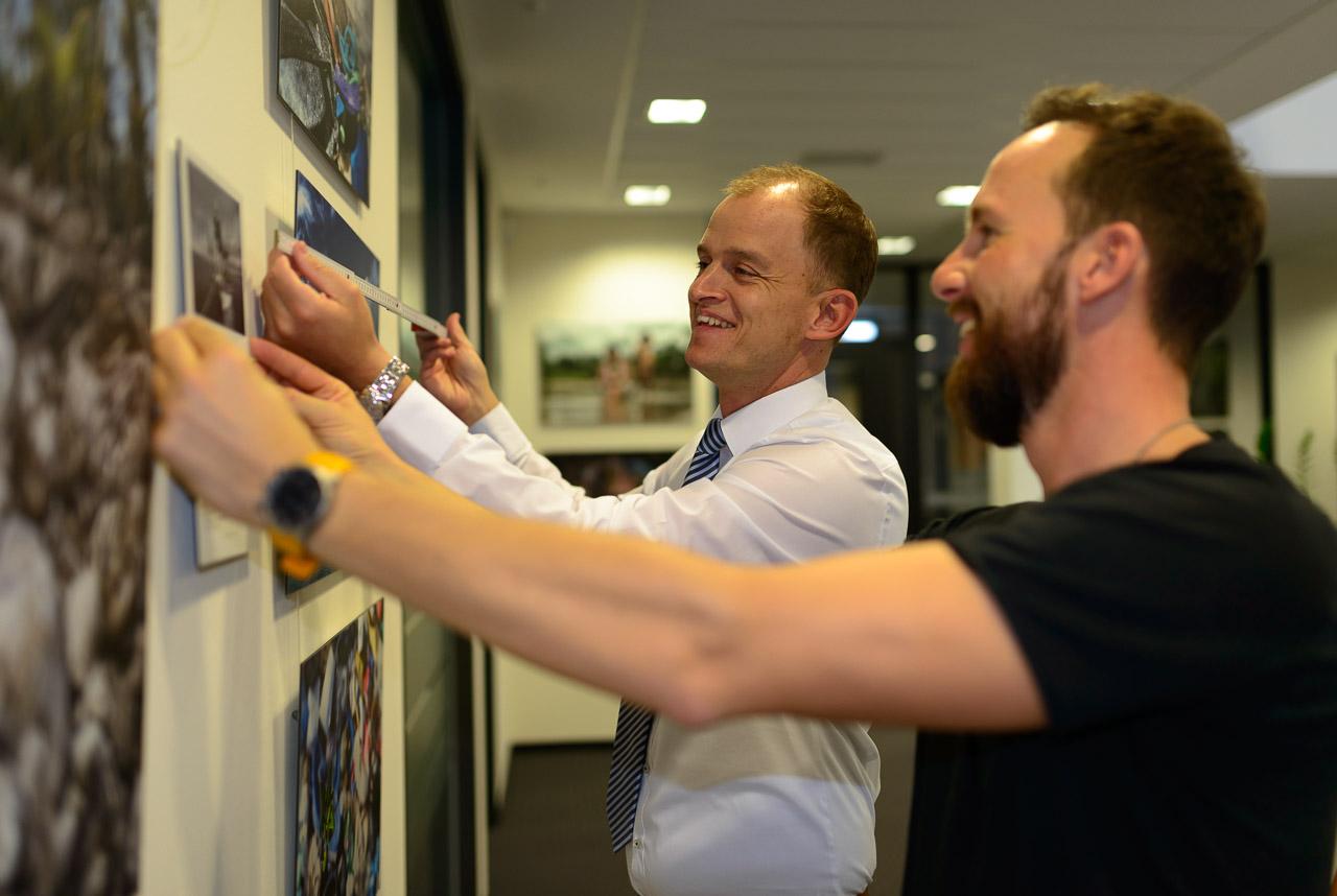 Im Gebäude der nos.fotomenta in Flensburg mit Thomas Beirer und Robert Marc Lehmann (rechts) © Holger Rüdel