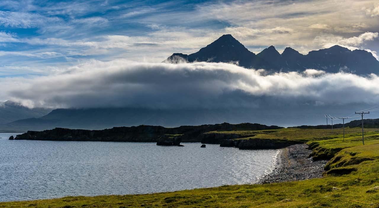 Dramatische Wolkenstimmung am Berufjörður in Ostisland (Austurland).