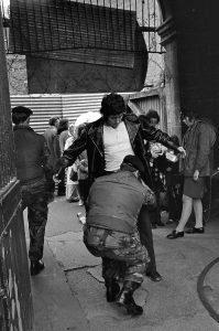 Leibesvisitation von Passanten im Zentrum von Belfast durch Angehörige der britischen Armee im August 1973