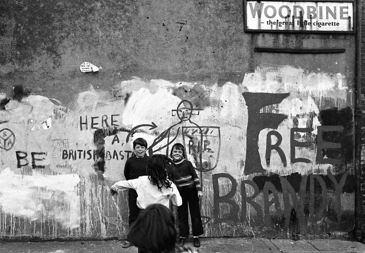 Kinder vor antibritischen Parolen an einem Haus in der Nähe der Falls Road in Belfast im August 1973. Das katholische Falls-Viertel war ein Hauptschauplatz des nordirischen Bürgerkriegs.