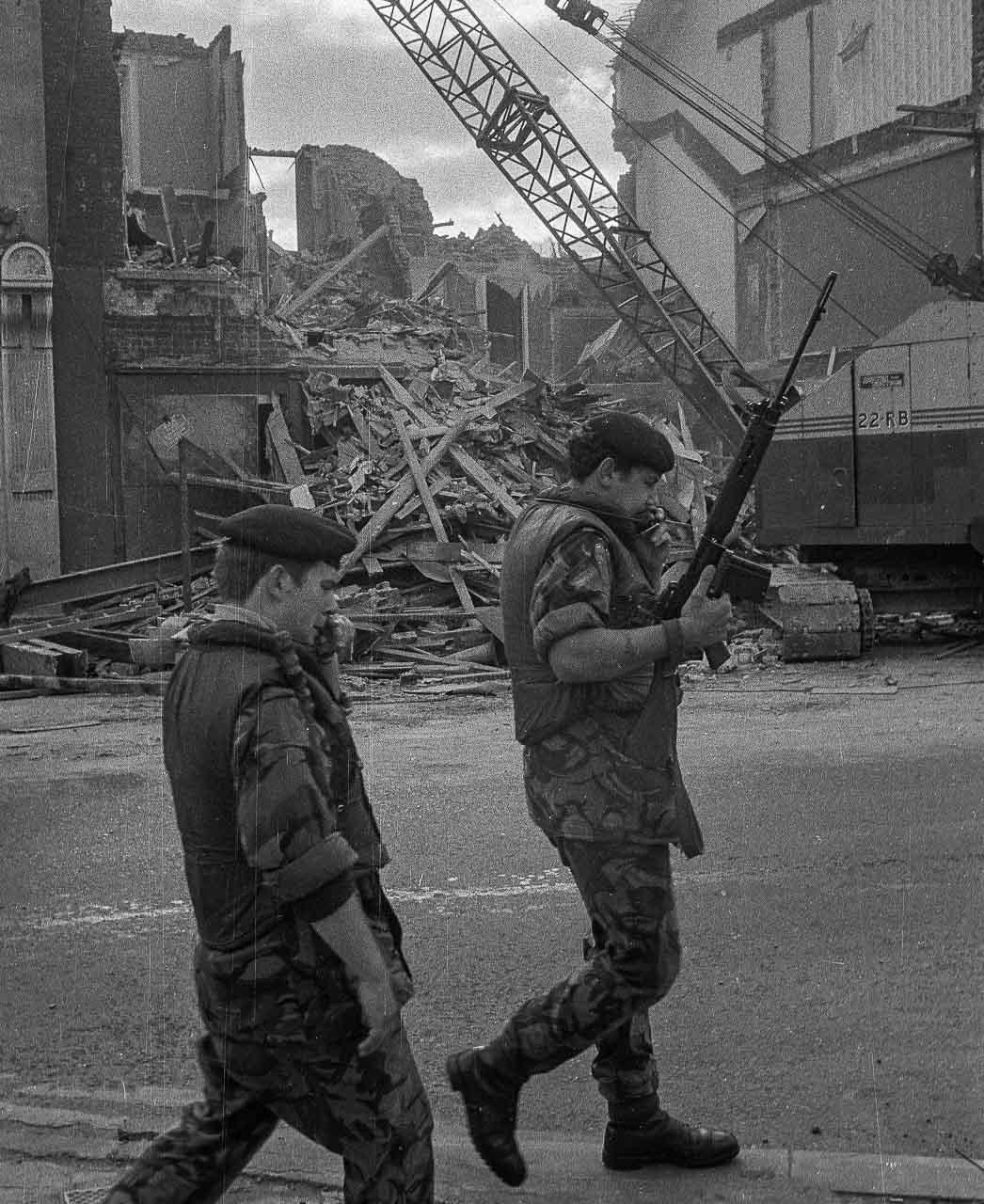 Britische Soldaten patrouillieren in Belfast im August 1973 vor den Trümmern eines Hauses, das durch einen Bombenanschlag zerstört wurde.