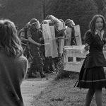 Bei einer Demonstration gegen die Internierung von Sympathisanten der IRA durch die britische Armee in Nordirland werfen Jugendliche im August 1973 Steine gegen britische Soldaten, die den Zugang zu einem Internierungslager absperren.