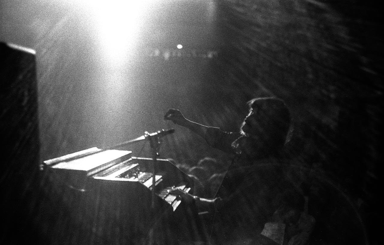 """Ein Bild aus der Ausstellung """"Zeitblende"""": Am 28.5.1970 trat die Rockgruppe Deep Purple in der Kieler Ostseehalle auf. Vom Bühnenhintergrund entstand dieses Bild des Bandmitglieds Jon Lord an der Hammond-Orgel. Das Foto wurde beim Deutschen Jugend-Fotopreis 1970 prämiert."""
