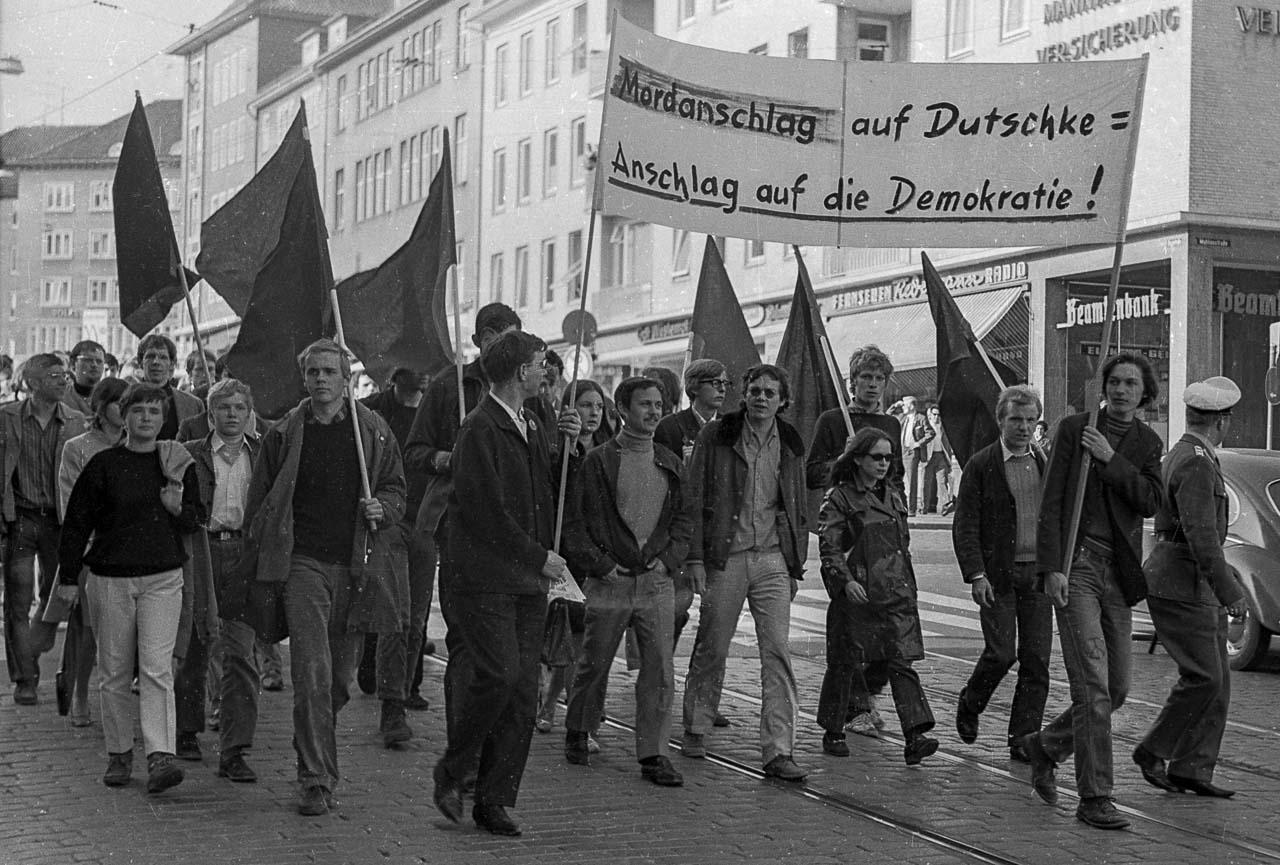 Protest gegen das Attentat auf Dutschke in Kiel: Am 13. April 1968 zog eine Demonstration durch die Stadt zum Rathausplatz.