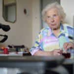 Lilli W. in ihrem Zimmer im Senioren- und Therapiezentrum Lotti-Huber-Haus in Kiel im August 2016. Die fortschreitende Krankheit mit zunehmenden Schluckstörungen erschwerte das Essen und Trinken. Ein Strohhalm sorgte für Erleichterung.