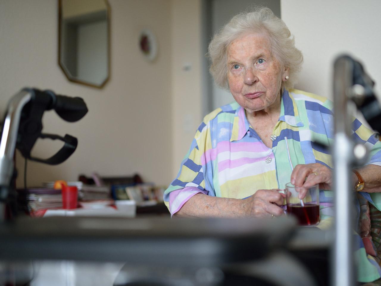 Diagnose Parkinson-Demenz: Lilli W. in ihrem Zimmer im Senioren- und Therapiezentrum Lotti-Huber-Haus in Kiel im August 2016.