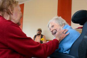 Am 29. Juli 2017 feierte Lilli W. ihren 86. Geburtstag. Wie schon in den Vorjahren hatte die Familie eine Feier im Senioren- und Therapiezentrum Lotti-Huber-Haus organisiert. Es war für alle Anwesenden spürbar, dass sich der Krankheitszustand von Lilli W. jetzt fast von Tag zu Tag verschlechterte. Trotzdem nahm sie anfangs regen Anteil an der Feier, wozu sicher auch der Umstand beitrug, dass die Familie als besonderes Geschenk einen musikalischen Alleinunterhalter engagiert hatte.