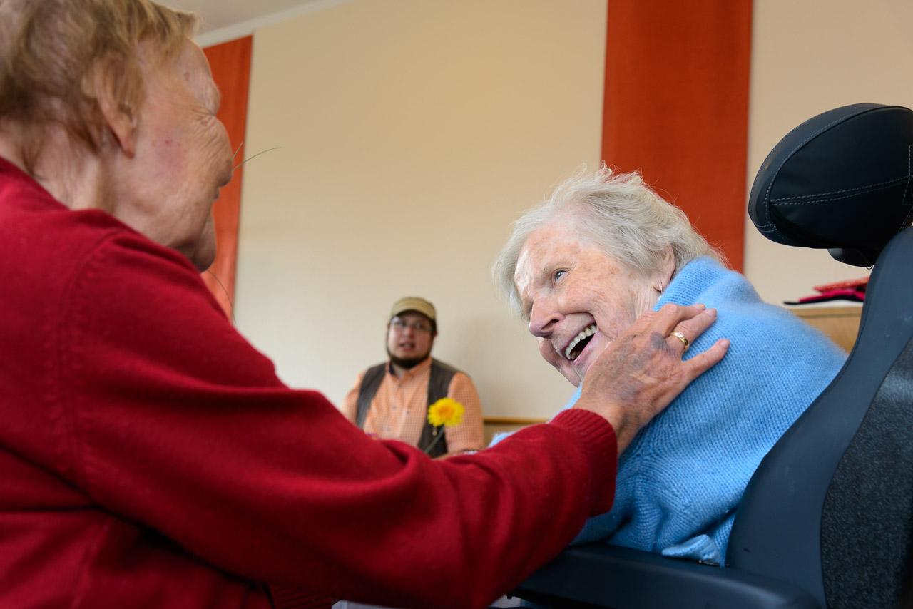 Am 29. Juli 2017 feierte Lilli W. ihren 86. Geburtstag. Wie schon in den Vorjahren hatte die Familie eine Feier im Senioren- und Therapiezentrum Lotti-Huber-Haus organisiert. Es war für alle Anwesenden spürbar, dass sich der Krankheitszustand von Lilli jetzt fast von Tag zu Tag verschlechterte. Trotzdem nahm sie anfangs regen Anteil an der Feier, wozu sicher auch der Umstand beitrug, dass die Familie als besonderes Geschenk einen musikalischen Alleinunterhalter engagiert hatte.