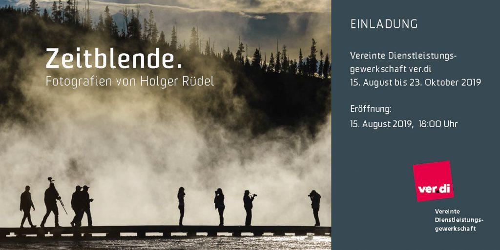 """Vorderseite der Einladung zur Eröffnung der Ausstellung """"Zeitblende. Fotografien von Holger Rüdel"""" in der ver.di-Bundesverwaltung Berlin 2019"""