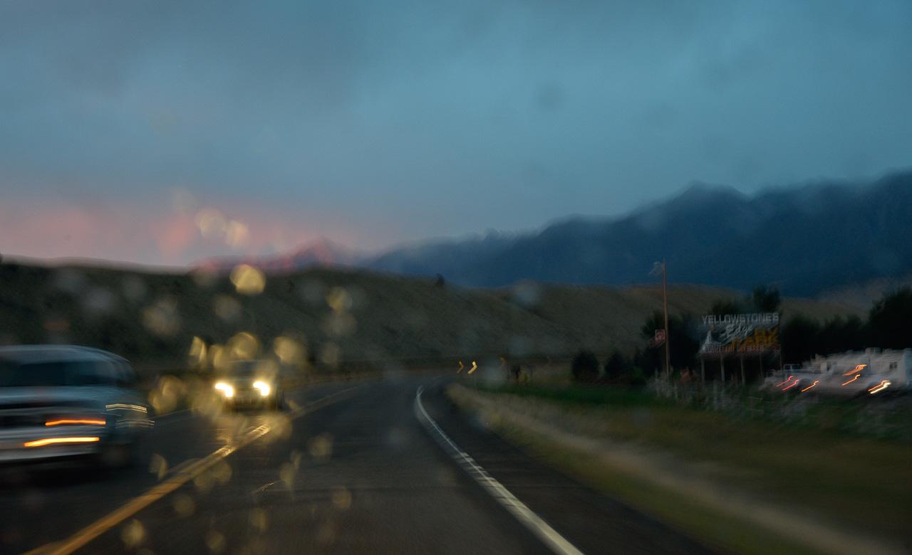 Ein Beispiel für alternative Reisefotografie: Blick durch die Frontscheibe bei einer Fahrt auf dem Highway 89 durch das Tal des Yellowstone River an einem verregneten Abend