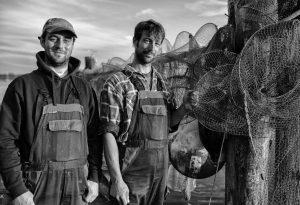 Christian und Nils Ross (rechts) sind Berufsfischer in Schleswig an der Schlei. In dem kleinen Familienbetrieb arbeiten beide eng mit Vater Jörn zusammen. Die Familie Ross lebt und fischt seit Jahrhunderten an der Schlei.