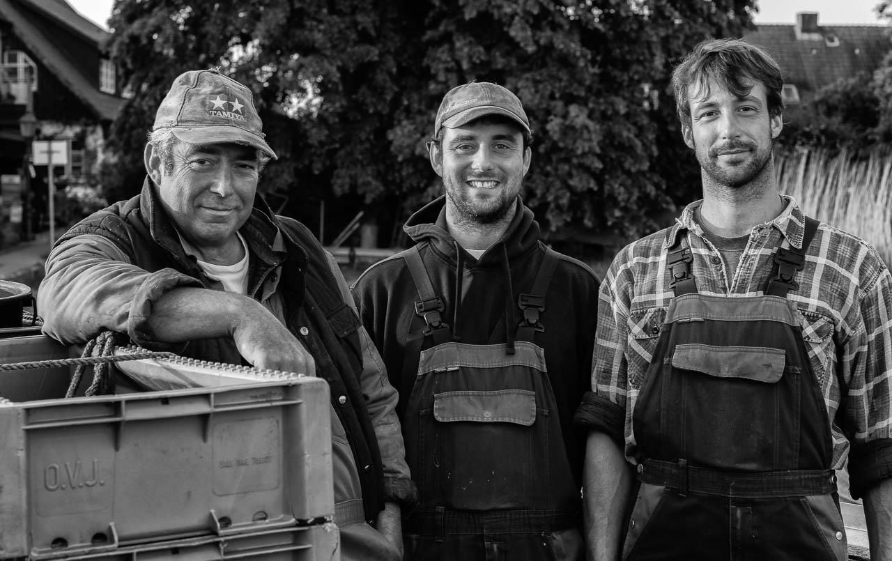 Jörn, Christian und Nils Ross (von links) sind Berufsfischer in Schleswig an der Schlei. In dem kleinen Familienbetrieb arbeiten Christian und Nils eng mit ihrem Vater zusammen, der auch 1. Ältermann der Holmer Fischerzunft ist. Die Familie Ross lebt und fischt seit Jahrhunderten an der Schlei.