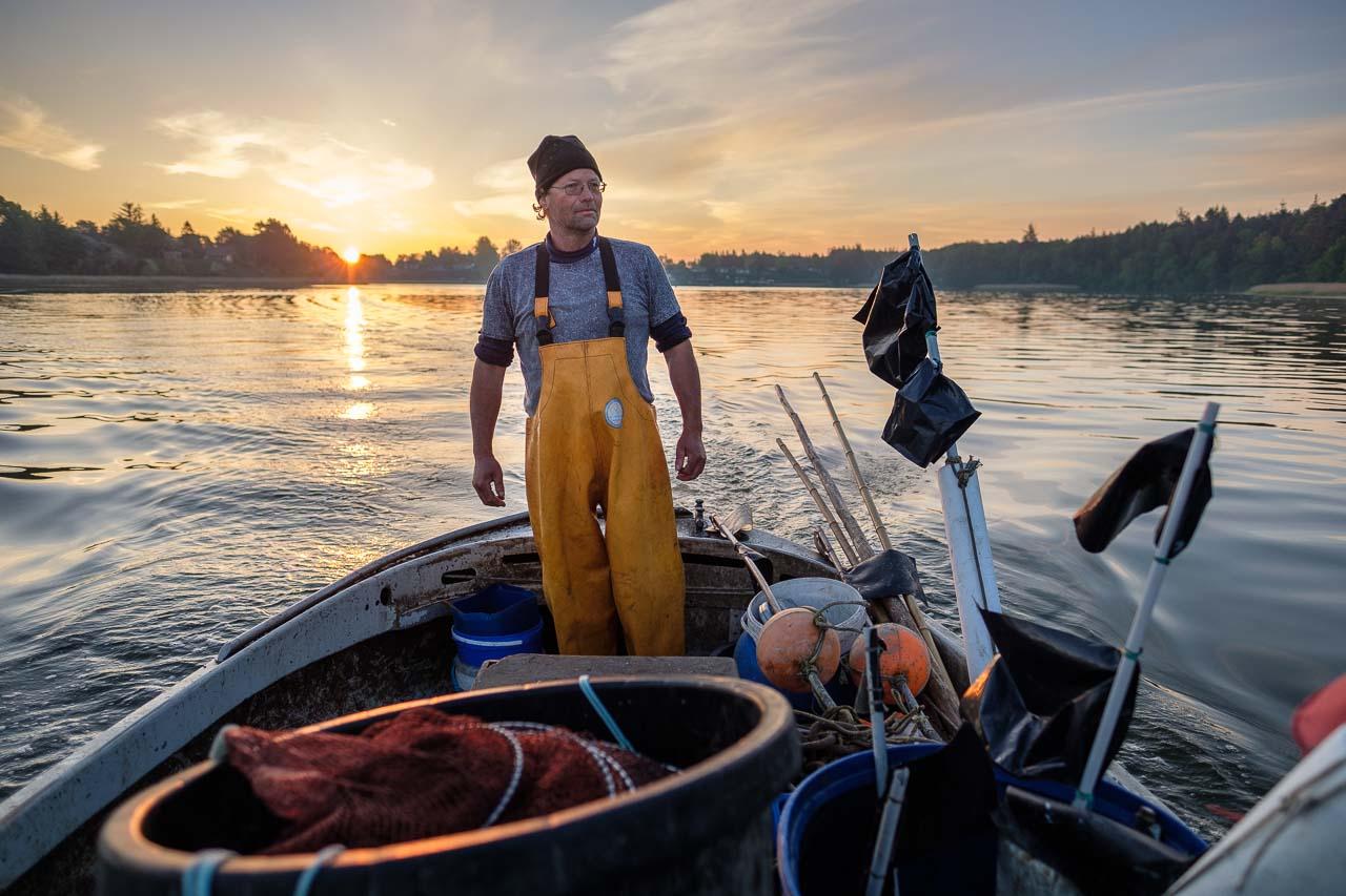 Matthias Nanz bei Sonnenaufgang im Mai auf der Fahrt zu seinen Reusen in der Großen Breite der Schlei. Matthias Nanz ist einer der letzten Berufsfischer an der Schlei. Die Fischerei war früher prägend für den Schleswiger Stadtteil Holm, in dem Matthias Nanz lebt.