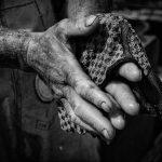 Nach dem Aalfang auf der Schlei: Das Säubern der Hände markiert das Ende des Arbeitstages.