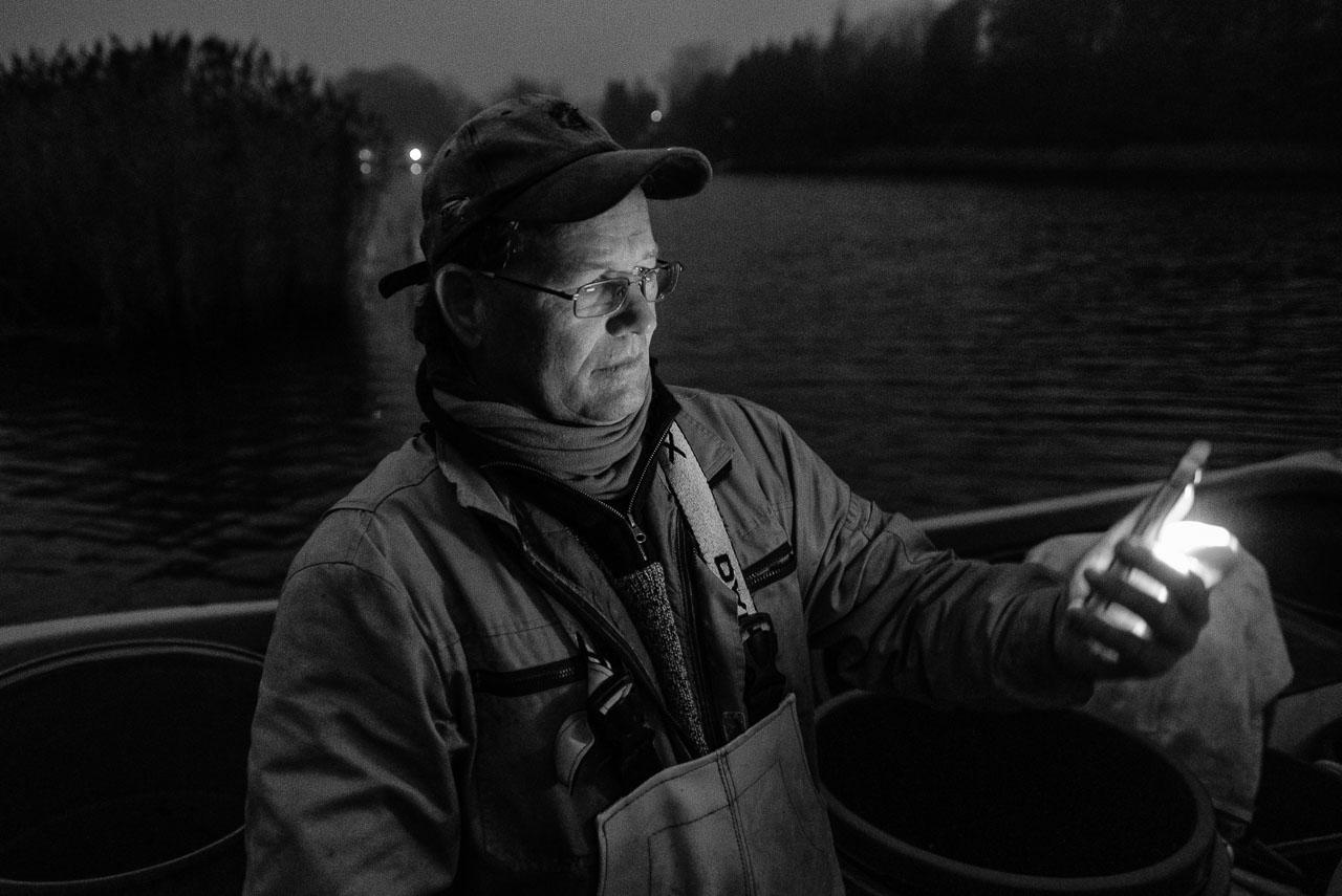 Matthias Nanz aus Schleswig ist einer der letzten Berufsfischer an der Schlei. Mit seinem Boot fährt Matthias Nanz vom Liegeplatz in Missunde zu den Fanggründen in der Schlei. Vor dem Ablegen am frühen Morgen an einem kalten Novembertag wirft er einen letzten Blick auf den Wetterbericht in seinem Smartphone.