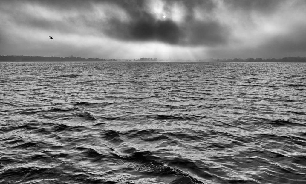 Matthias Nanz aus Schleswig ist einer der letzten Berufsfischer an der Schlei. Mit seinem Boot fährt Matthias Nanz vom Liegeplatz in Missunde zu den Fanggründen in der Schlei. Das Bild entstand vom Bug des Fischerbootes morgens Mitte November auf der Großen Breite der Schlei.
