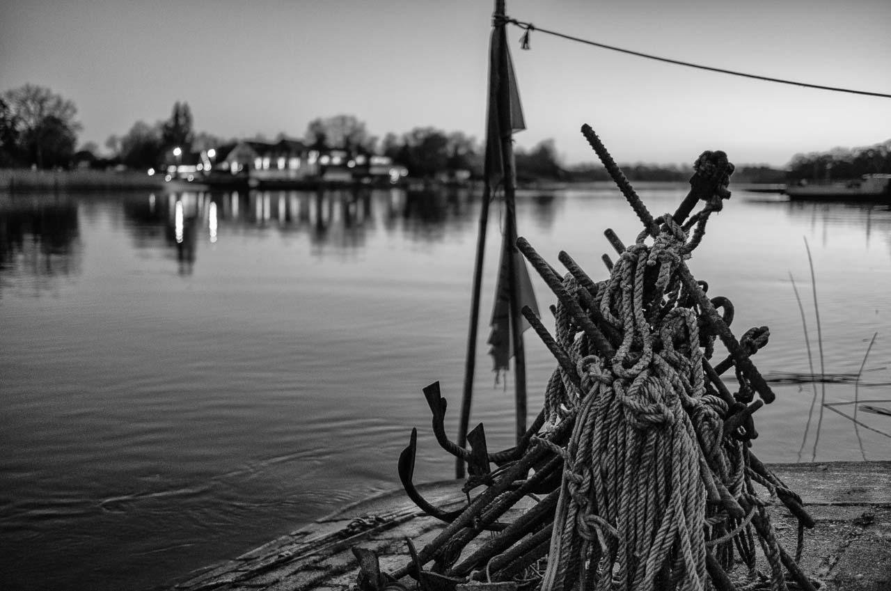 Vom Liegeplatz in Missunde fährt Matthias Nanz mit seinem Boot zu den Fanggründen in der Schlei. Das Bild entstand frühmorgens Ende April vor Sonnenaufgang kurz vor seiner Abfahrt. Am rechten Schleiufer ist die Fähre und links das beleuchtete Missunder Fährhaus zu erkennen.