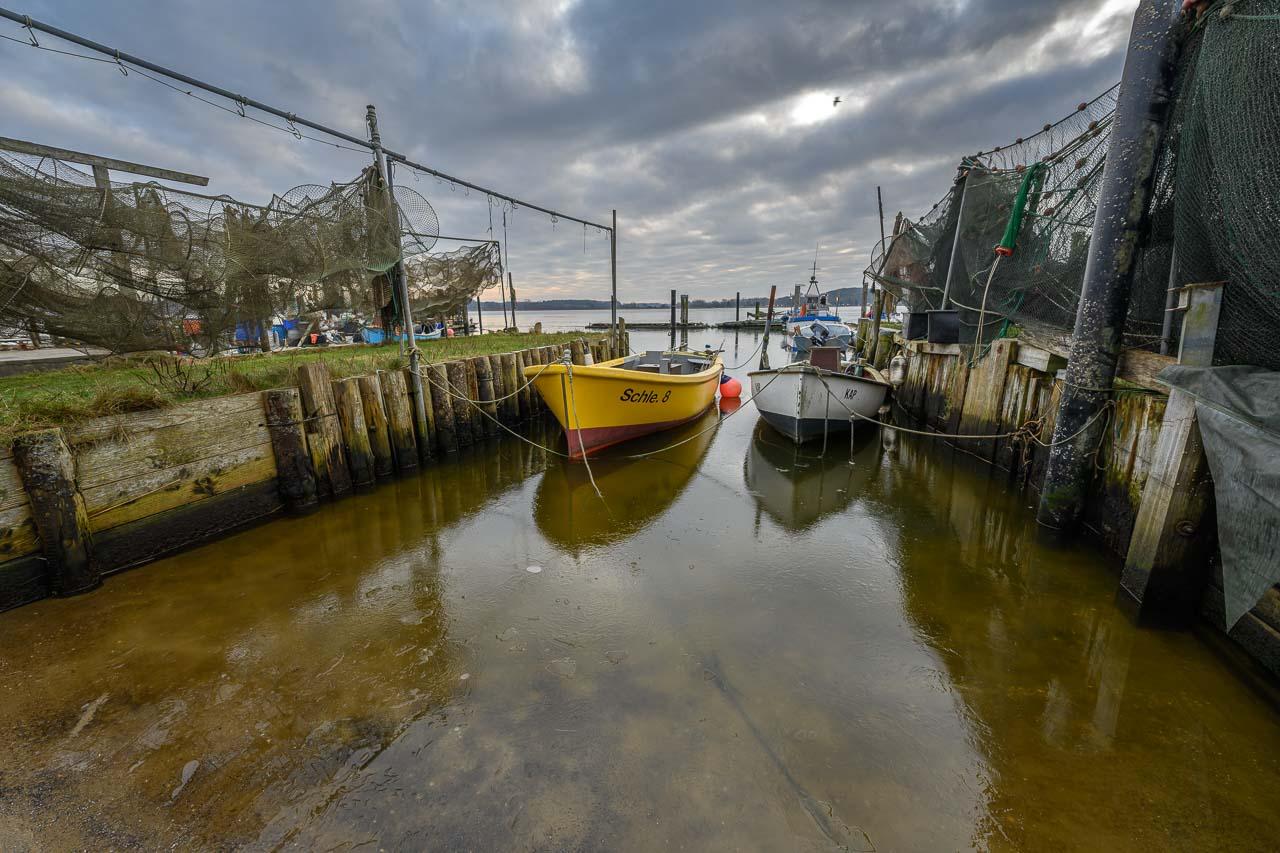 Fischerboote am Ufer der Schlei in der Fischersiedlung Holm in Schleswig. Nikon Z 7, Nikkor Z 14-24mm f/2,8 S (14 mm, f/5,6, ISO 64).