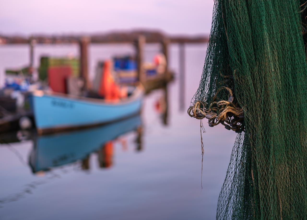 Spätes Abendlicht setzt Boote, Brücken und die Netze der Fischer auf dem Holm in Schleswig an der Schlei in Szene. Kamera: Fujifilm GFX 100S.