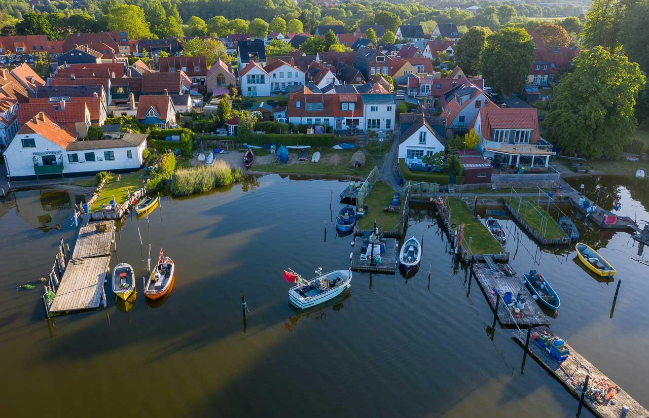 Luftaufnahme der Fischersiedlung Holm in Schleswig an der Schlei. Das Bild entstand kurz nach Sonnenaufgang. An den Brücken sind die offenen Motorboote der Holmer Fischer zu erkennen.