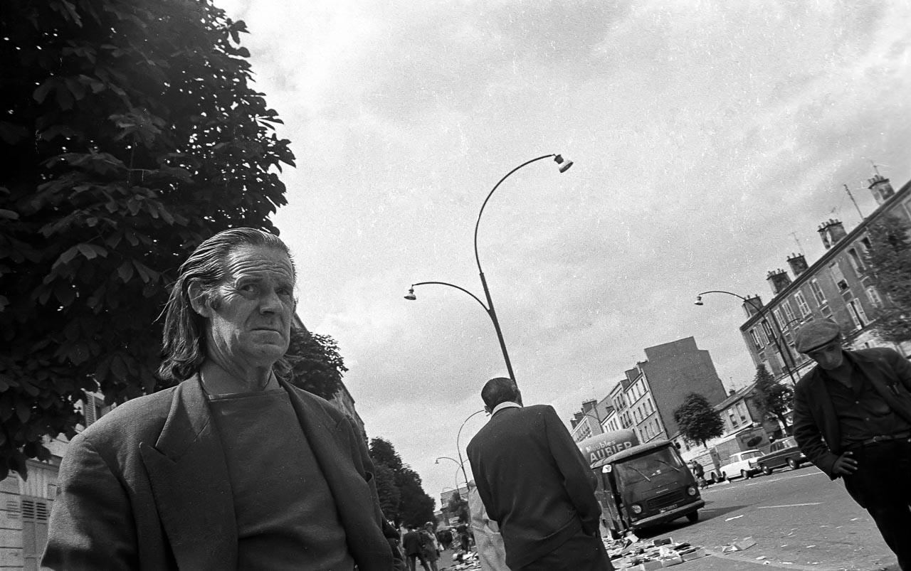 Besucher auf dem historischen Flohmarkt in Paris. Das Bild entstand im August 1971.