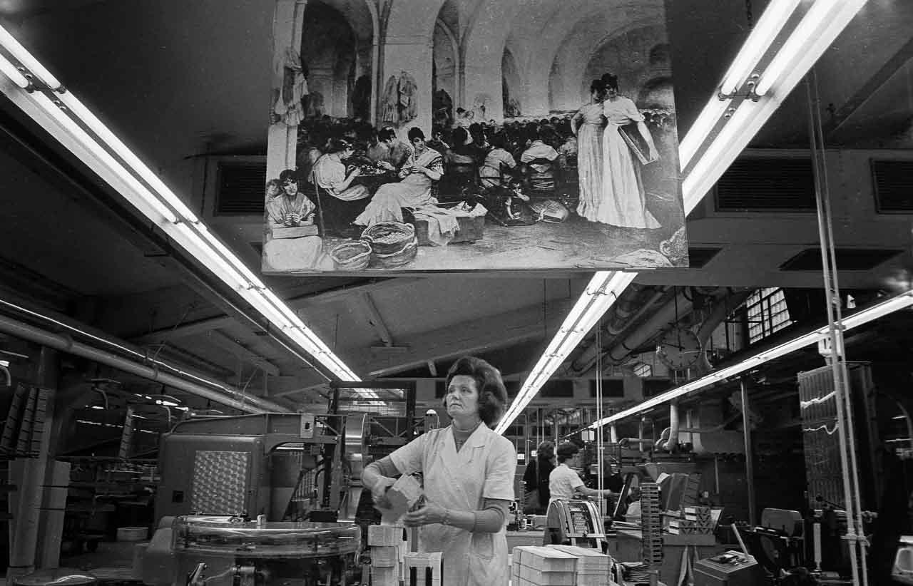 Frauen in einer Produktionshalle der Zigarettenfabrik Reemtsma in Hamburg-Bahrenfeld 1972