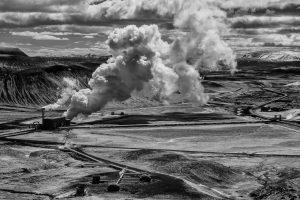 Blick vom Vulkan Krafla im Nordosten Islands auf das geothermische Krafla-Kraftwerk, das 1975 erbaut wurde und 60 MW Energie erzeugt.