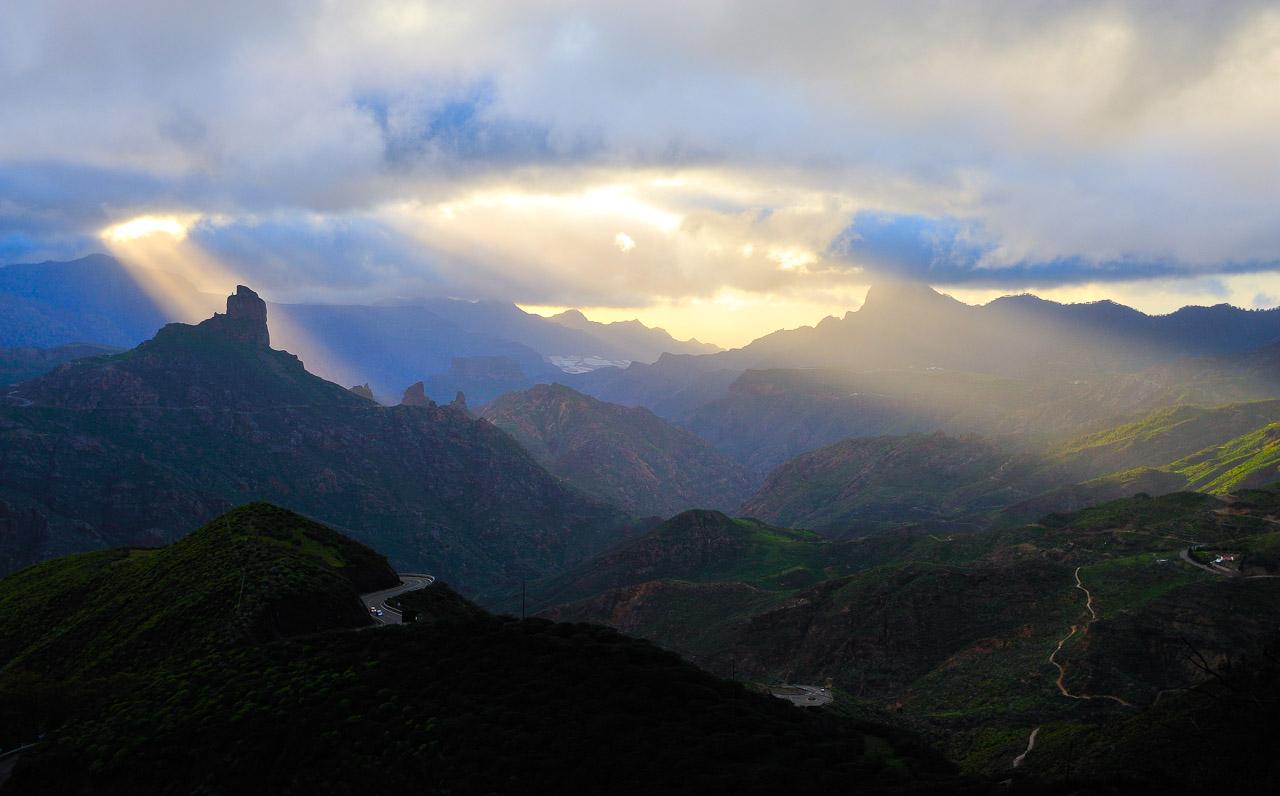 Blick auf das zentrale Bergland (Cumbre) von Gran Canaria mit dem beherrschenden Felsmonolith des Roque Bentaiga (Bentayga) links im Bild, der mystischen Kult- und Siedlungsstätte der Ureinwohner.