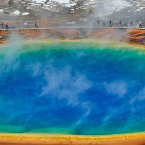 Grand Prismatic Spring im Midway Geyser Basin des Yellowstone National Park ist die größte Thermalquelle der USA und die drittgrößte der Welt. Die Schönheit des Pools ist nur von oben zu erkennen.
