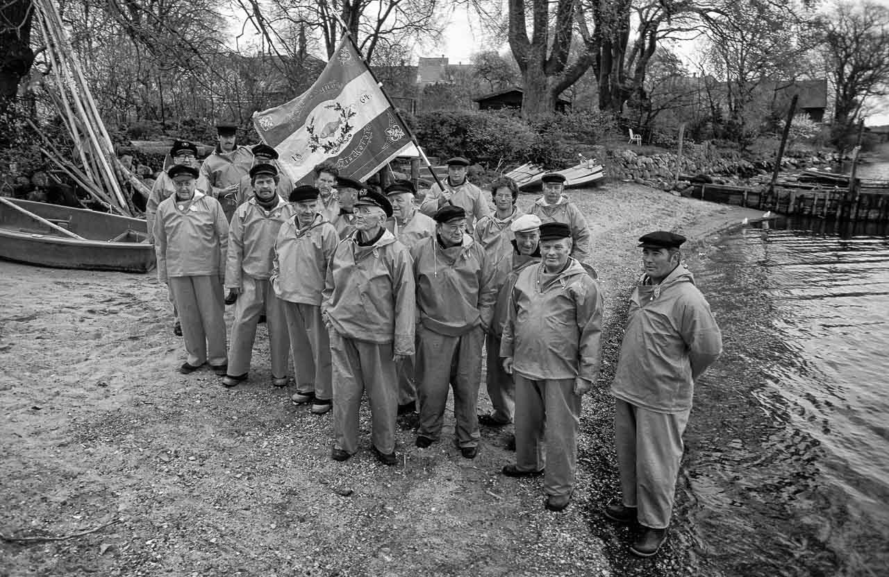 1989 versammelten sich alle Miglieder der Holmer Fischerzunft in Schleswig für dieses Gruppenbild. Ganz rechts: Harald Ross, der 1. Ältermann. Mit der Hand an der historischen Zunftfahne: Jörn Ross. Fünfter von rechts: Matthias Nanz.