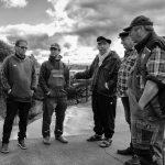 Kollegen unter sich: Nicht oft gelingt es dem 1. Ältermann Jörn Ross (rechts), alle Mitglieder der Fischerzunft terminlich unter einen Hut zu bekommen wie hier im Oktober 2020.